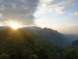 Der Sonnenaufgang hinter Bergen in Ella