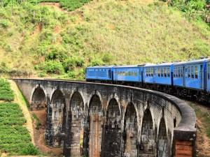 Zug an der 9 Arches Bridge im Hochland von Sri Lanka