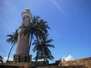 Ein Leuchtturm unter blauem Himmel