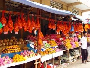 Zur Erfrischung gibt es frisches Obst vom Markt