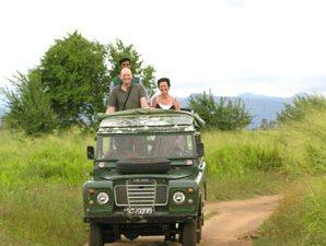 Reisende auf Ihrer Jeepsafari