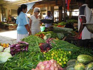 Einkauf auf dem Markt für einheimisches Curry