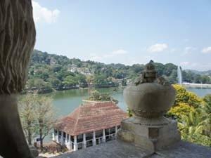 Blick auf den See und die Stadt Kandy