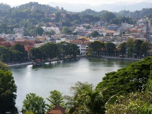 Blick auf den See von Kandy und die umliegende Stadt