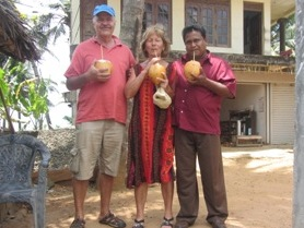 Eine leckere Kokosnuss schlürfen