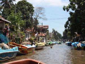 Kanal in Negombo mit vielen Booten