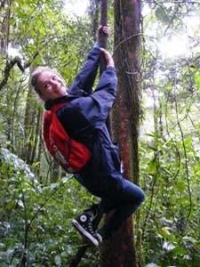 Eine Reisende im Sinharaja Regenwald