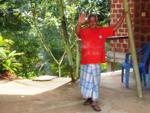 Ein Mann im Dschungel grüßt freundlich