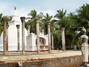 Eine weiße Stupa in Anuradhapura