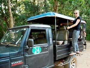 Reisespezialistin Verena auf dem Auto für die Safari durch den Nationalpark
