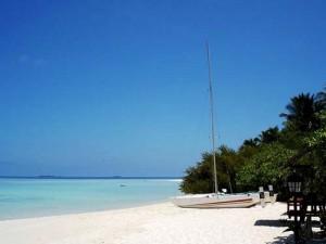 Ein weißer Sandstrand mit Boot auf den Malediven