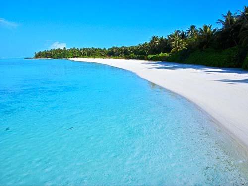 Weiße Sandstrände und blaues Wasser auf den Malediven
