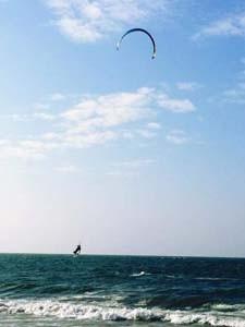 Kitesurfer vor der Küste