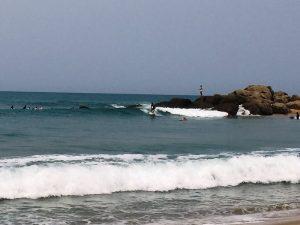 Surfer am Strand von Arugam Bay