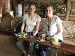 Reisespezialistin Verena beim Genuss eines Currys