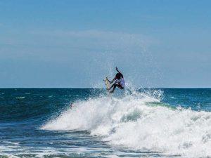 Surfer im Wasser in der Arugam Bay