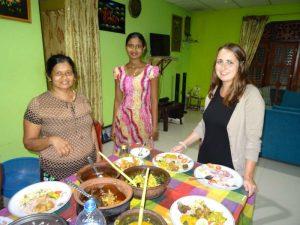 Tisch mit Einheimischen zum Curry essen