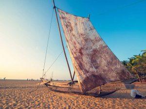 Fischerboot am Strand in Negombo