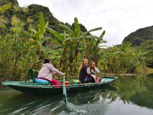 Reisende in der trockenen Halong Bucht