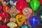 Bunte Szenen zwischen Karstfelsen und Lampions