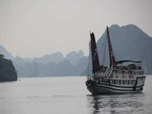 Dschunke in der Bai Tu Long Bucht
