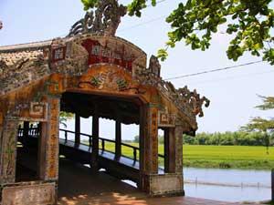 eine historische Brücke in der Umgebung von Hue