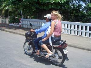 mit dem Moped durch den wilden Verkehr
