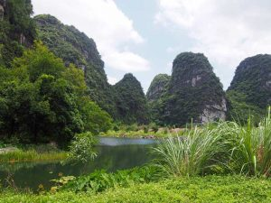 Landschaft in der trockenen Halong Bucht