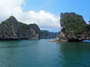 Gigantische Felsen in der Halong Bucht