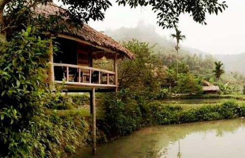 Die idyllisch an einem kleinen Teich gelegene Eco-Lodge