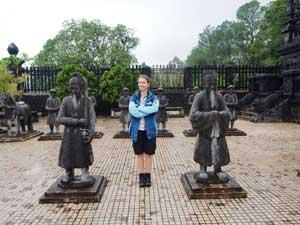 Hue und Hoi An Ausflüge: Statuen vor der Imperialen Zitadelle
