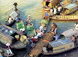 Von Vietnam nach Kambodscha: Schwimmender Markt im Mekong Delta