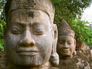 Detailverliebte Statuen in Siem Reap