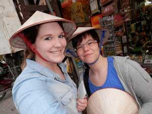 Vietnam Rundreise und baden: Reisende mit vietnamesischen Hüten