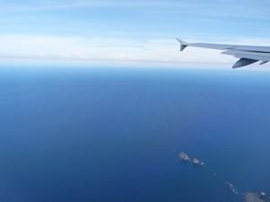 Ein Blick aus dem Flugzeug aufs Meer