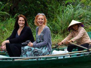 genießen Sie in Nordvietnam eine Bootsfahrt vorbei an Karstebergen in Ninh Binh