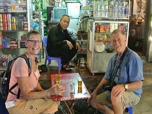 Reisende in einem Straßencafé in Nordvietnam