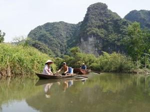 Mit dem Ruderboot in der trockenen Halong Bucht in Ninh Binh