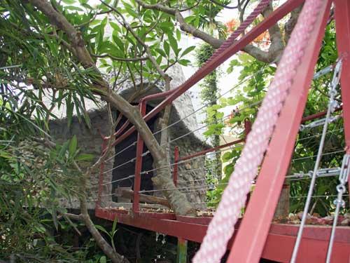 Eines der Baumhäuser von außen