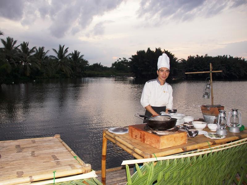 Hoi An Ausflüge: Koch auf dem Bambusfloß