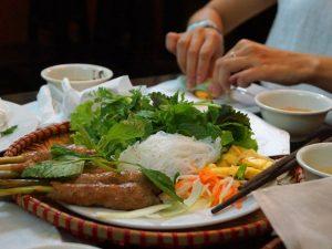Küche in Vietnam ist gesellig mit Frühlingsrollen drehen