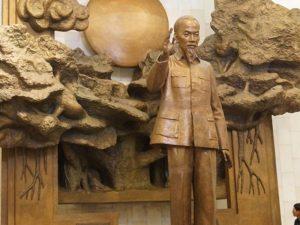 Staue von Ho Chi Minh und der Sozialismus