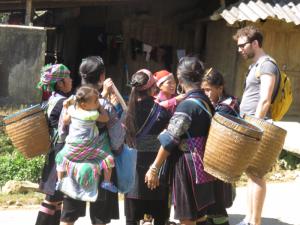 Einheimische in Sapa Vietnam mit verkaufswaren.