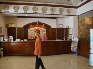 Vietnam Service mit Page in einer Hotellobby.