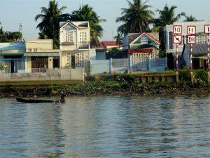 Häuser am Flussufer des Mekongs