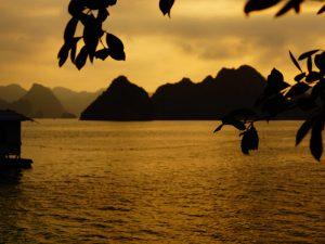 Sonnenuntergang in der Bai Tu Long Bay
