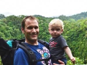 Vater und Kind im Regenwald in Costa Rica