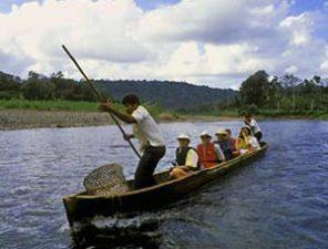 Mit dem Boot zu den Bribri