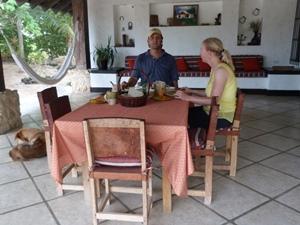 Gemeinsames Frühstück mit den Gastgebern auf der Terrasse der Finca