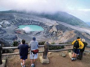 Der Blick auf den Kratersee des Vulkans Poas